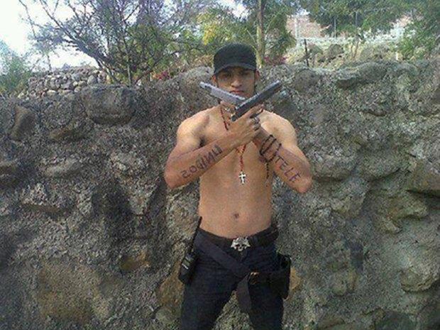 В сети нашли члена мексиканского наркокартеля, который любит делать селфи. Изображение № 4.