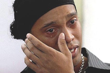 Роналдиньо потерял контракт с Coca-Cola из-за выпитой банки Pepsi. Изображение № 2.