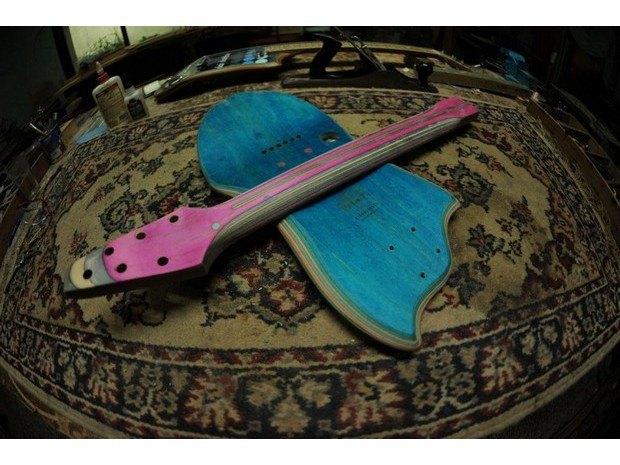 Аргентинская мастерская создает электрогитары из старых скейтбордов. Изображение № 10.