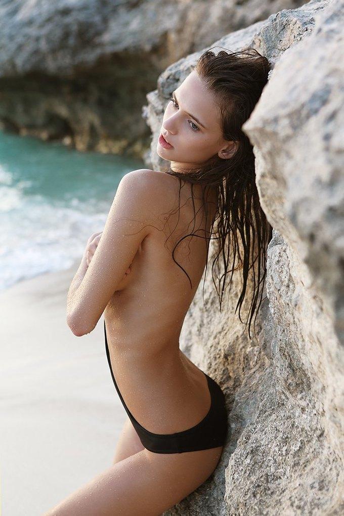 Журнал Surfing Magazine опубликовал специальный выпуск, посвящённый моделям в купальниках. Изображение № 13.