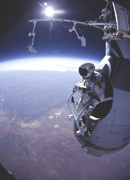 Австрийский парашютист совершил прыжок из стратосферы с высоты 29 км. Изображение № 1.