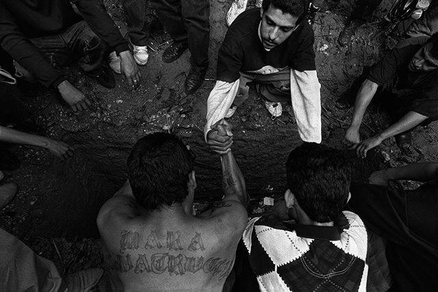 8 фотографов, исследовавших мир уличных банд. Изображение № 6.