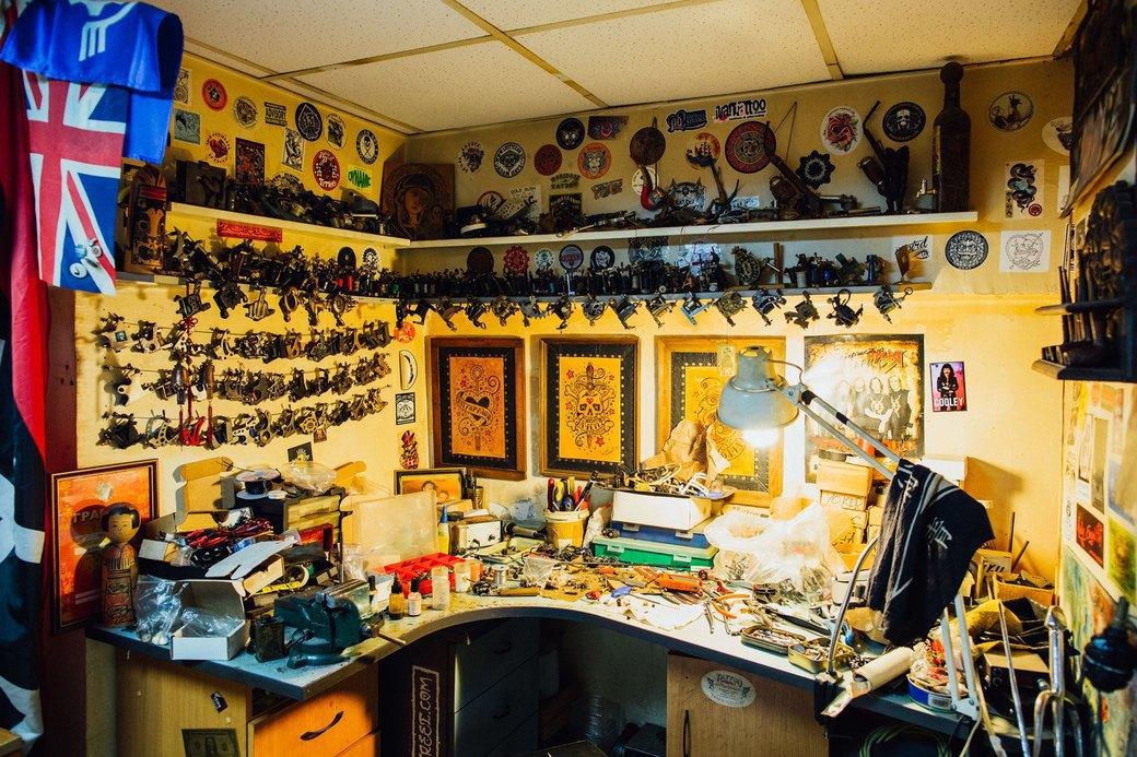 Татуировщик Дмитрий Захаров об одной из самых больших коллекций тату-машинок в Европе. Изображение № 4.