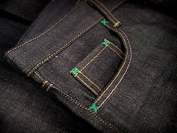 Японский бренд Neighborhood и пивоварня Heineken сшили совместную модель джинсов. Изображение № 6.