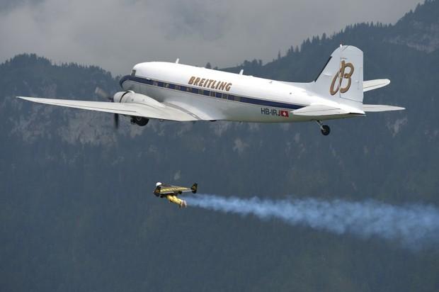 Житель Швейцарии сопровождал в воздухе пассажирский самолет на протяжении семи минут. Изображение № 1.