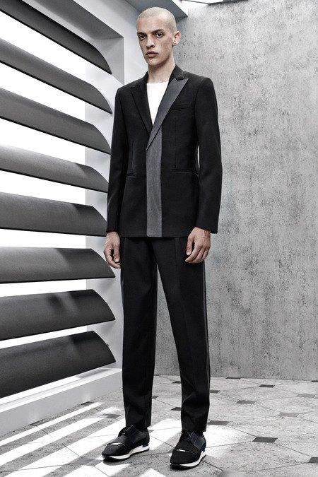 Французский бренд Balenciaga опубликовал лукбук новой коллекции. Изображение № 5.