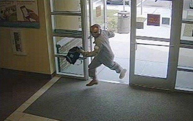 Железный человек ограбил банк во Флориде. Изображение № 1.