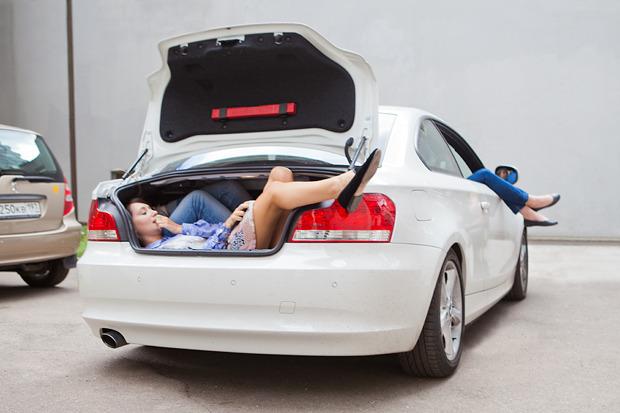 Эксперимент: Сколько девушек поместится в одну машину. Изображение № 10.