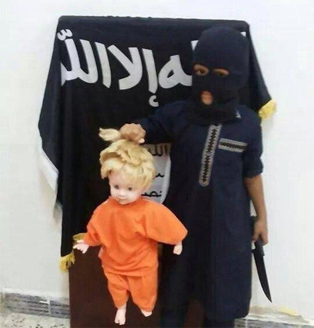 Юный исламист отрезал кукле голову, воссоздав убийство Джеймса Фоули. Изображение № 1.