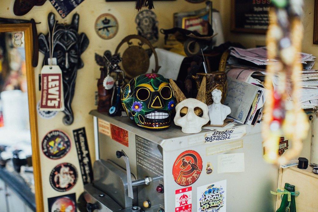 Татуировщик Дмитрий Захаров об одной из самых больших коллекций тату-машинок в Европе. Изображение № 44.