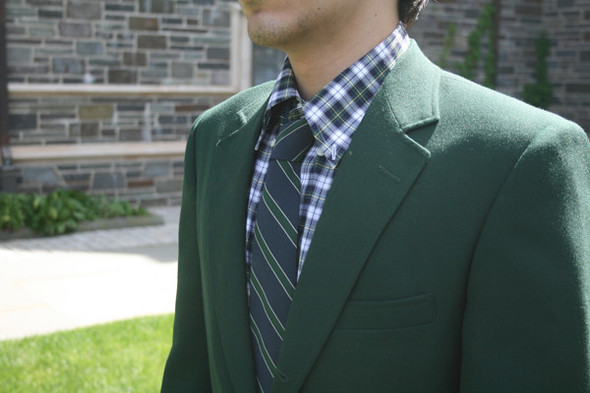 Если галстук к клетчатой рубашке выбран полосатый, то полоски должны сочетаться с цветами клетки. Изображение № 28.