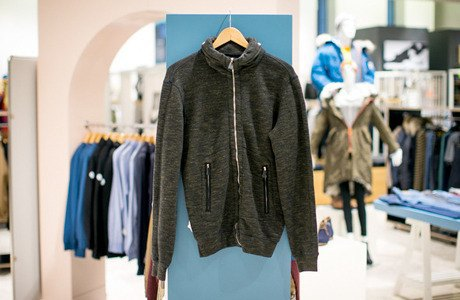 5 красивых продавщиц в магазинах мужской одежды выбирают вещи для парня их мечты. Изображение № 14.