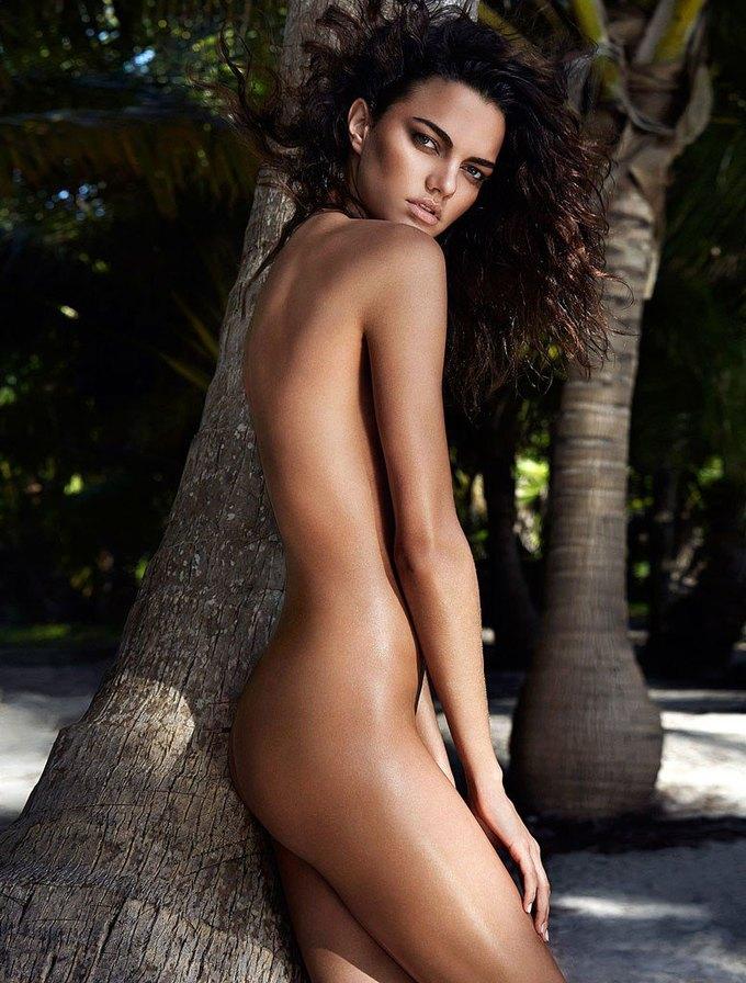 Бразильская модель Барбара Фиальо сфотографировалась для июньского номера GQ Australia. Изображение № 2.