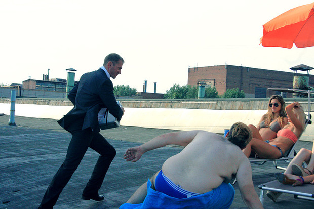 Олег в роли агента избивает актера, играющего сутенера. Изображение № 19.