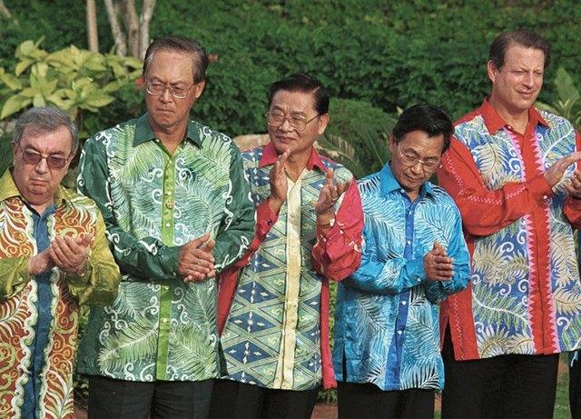 Путин в шёлке, Джордж Буш в пончо: Самые стильные образы на саммите АТЭС. Изображение № 3.
