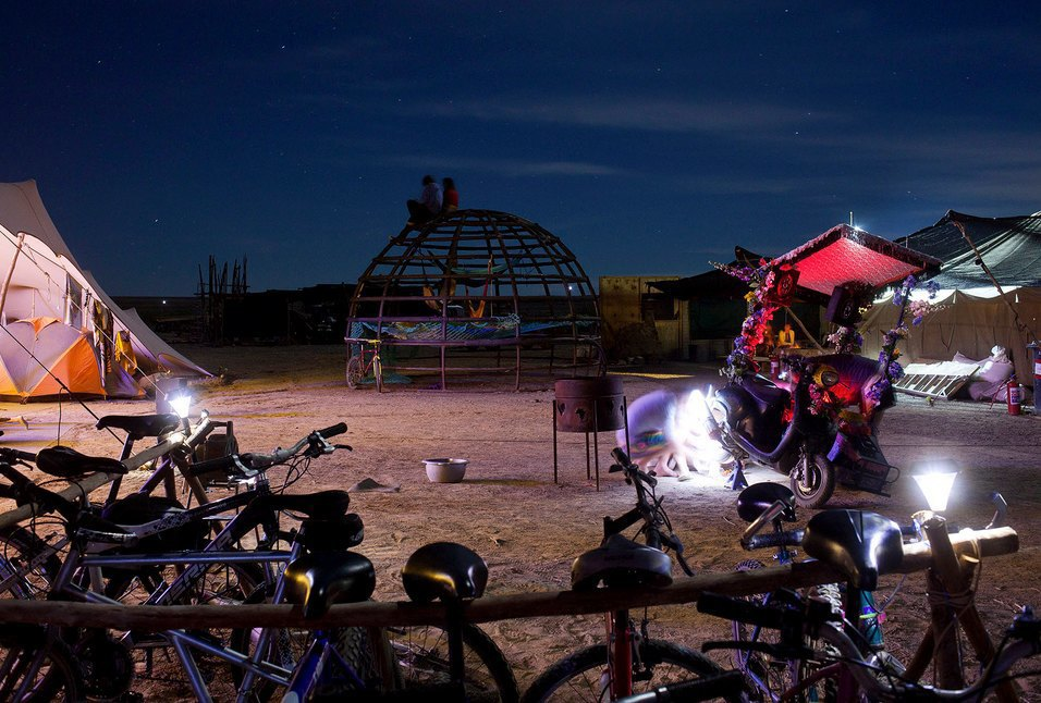 Как развлекаются посетители фестиваля Burning Man в африканской пустыне. Изображение № 14.