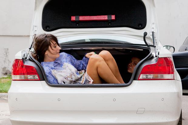 Эксперимент: Сколько девушек поместится в одну машину. Изображение №5.