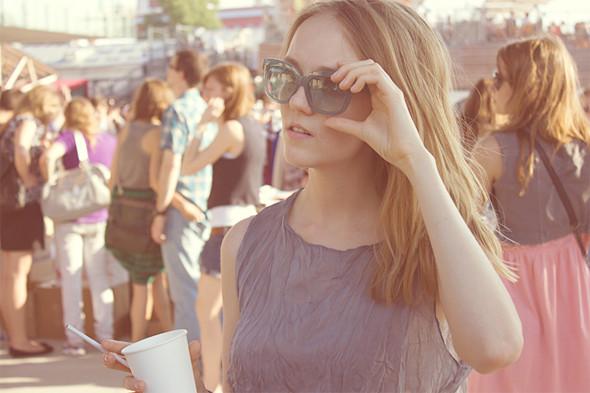 Изображение 2. Фоторепортаж: Красивые девушки на воскресной ярмарке.. Изображение № 3.