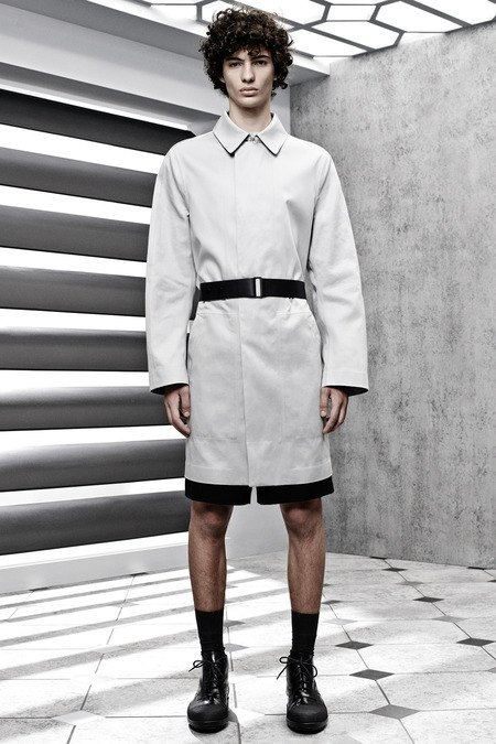 Французский бренд Balenciaga опубликовал лукбук новой коллекции. Изображение № 23.