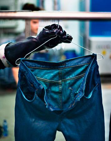 Nudie Jeans окрасили вещи из новой коллекции пигментом цветка вайды. Изображение № 7.