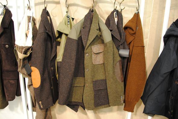 Кроме парок удались и другие куртки, и пиджаки. Этот, сделанный из разного цвета твида, даже в таком подвешенном состоянии кажется невероятно крутым.. Изображение № 14.