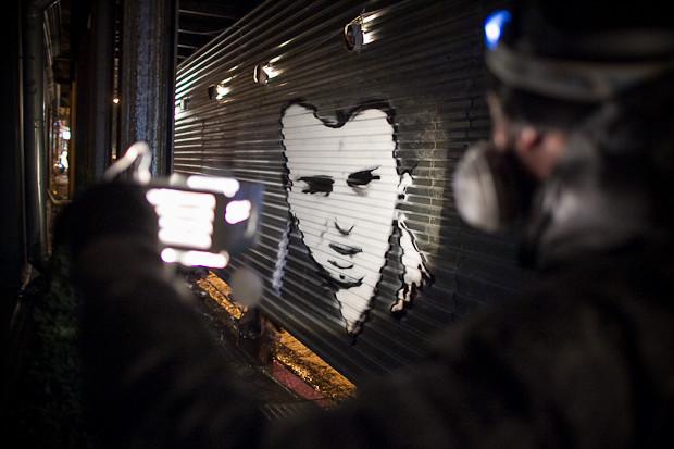 Граффити-художник P183 нарисовал портрет Сида Вишеза у входа в бар «Клава». Изображение № 10.