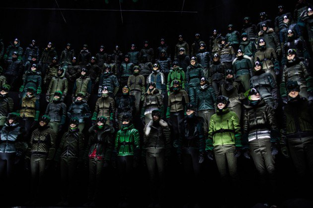 Марка Moncler представила новую коллекцию, собрав сотни людей в масках под зеркальные потолки. Изображение № 12.