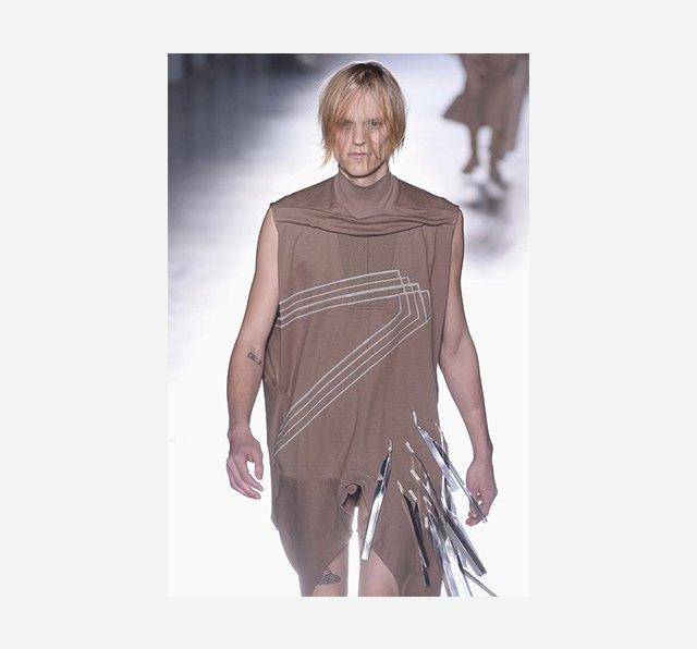 Рик Оуэнс выпустил на подиум моделей с голыми пенисами. Изображение № 1.
