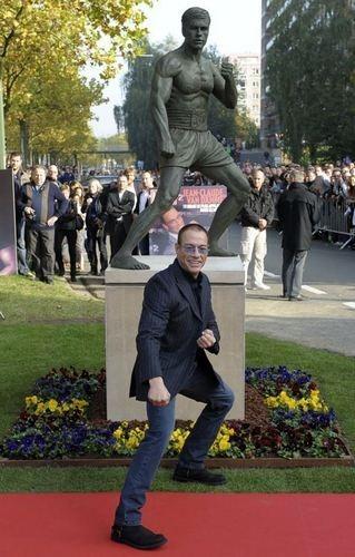 В Брюсселе открылся памятник Жан-Клоду Ван Дамму. Изображение № 1.