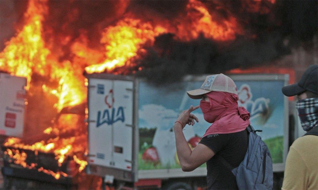 Мексика в огне: Студенты протестуют против коррумпированных чиновников и наркокартелей. Изображение № 2.