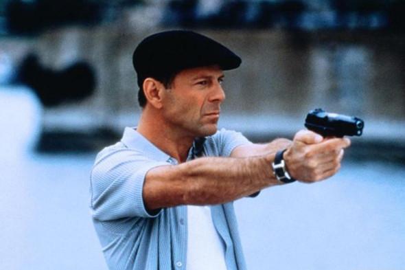 Брюс Уиллис в фильме «9 ярдов» носит рубашку с коротким рукавом нараспашку, и даже черная кепка не портит картины. Изображение №1.