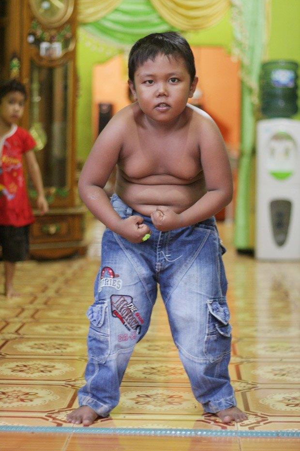 Шестилетний индонезиец, выкуривавший по 40 сигарет в день, бросил курить. Изображение № 1.