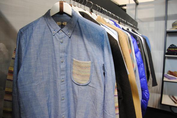 Рубашка как рубашка, но карман на груди — вязаный. Все внимание традиционно к деталям. Изображение № 3.