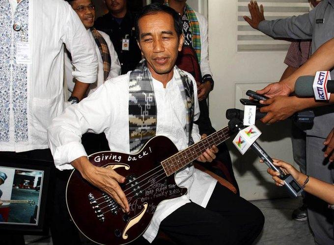 Группа Metallica дала индонезийскому губернатору взятку бас-гитарой. Изображение № 1.