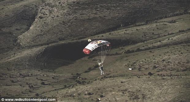 Австрийский парашютист совершил прыжок из стратосферы с высоты 29 км. Изображение № 6.