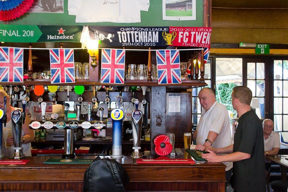 Фоторепортаж: Как устроены фанатские пабы Лондона. Изображение № 45.