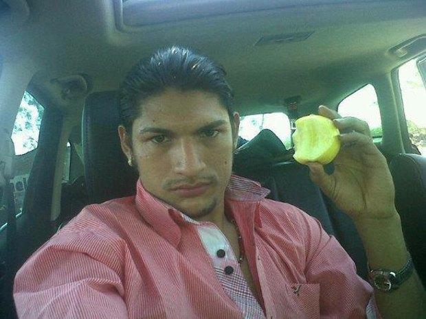В сети нашли члена мексиканского наркокартеля, который любит делать селфи. Изображение № 14.