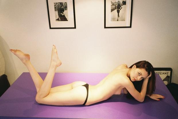 Модель Эмилия Фентон снялась для французского журнала Purple. Изображение № 8.
