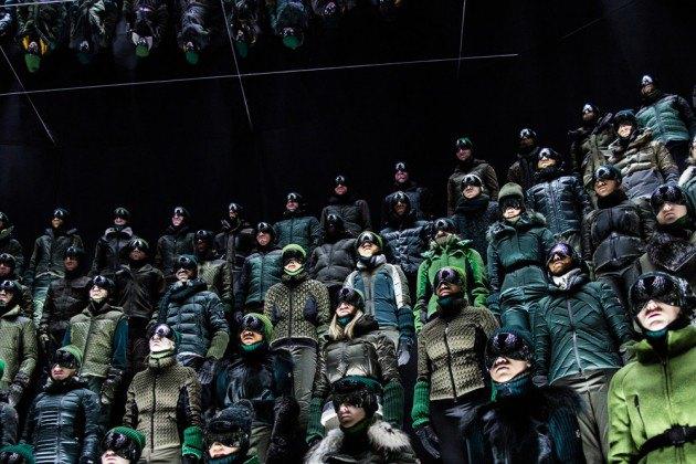 Марка Moncler представила новую коллекцию, собрав сотни людей в масках под зеркальные потолки. Изображение № 17.