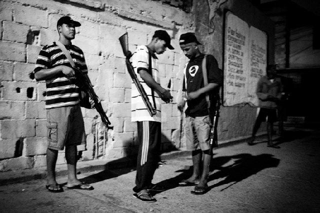 8 фотографов, исследовавших мир уличных банд. Изображение № 11.
