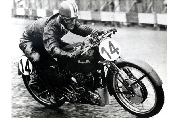 Гонщик Дарио Амбросини за рулем мотоцикла Benelli, 1950 год. Объем двигателя —250 кубиков. Изображение № 8.