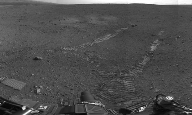 Следы Curiosity, идущие от места его посадки. Изображение № 2.