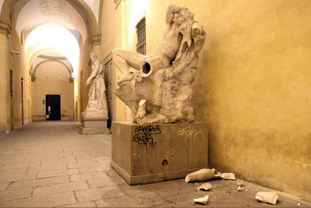 Итальянский студент сломал статую, делая селфи. Изображение № 1.