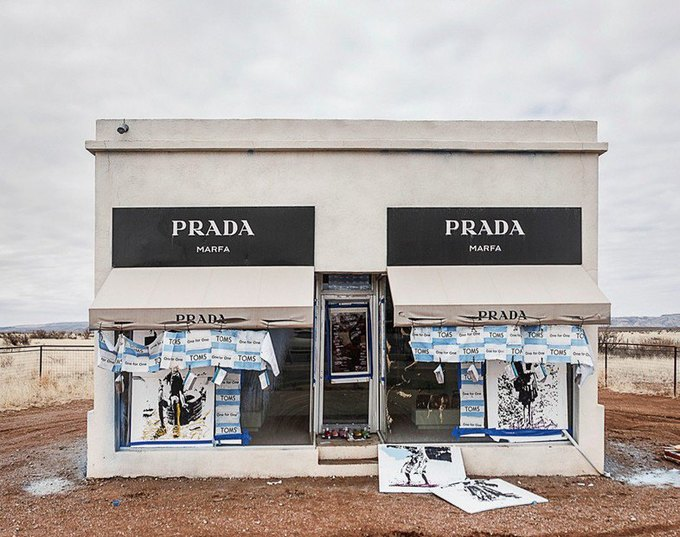 Бутик-инсталляция Prada Marfa в пустыне Техаса подвергся атаке вандалов. Изображение № 1.
