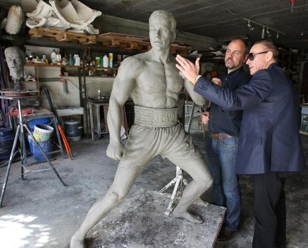 В Брюсселе открылся памятник Жан-Клоду Ван Дамму. Изображение № 3.