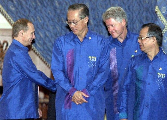Путин в шёлке, Джордж Буш в пончо: Самые стильные образы на саммите АТЭС. Изображение № 4.