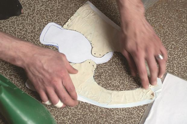 Первый и самый важный этап — изготовление лекал для верха обуви. Для этого колодку обклеивают скотчем и рисуют по нему нужный силуэт. Силуэт вырезают, снимают с колодки и переносят на кожу. . Изображение № 9.