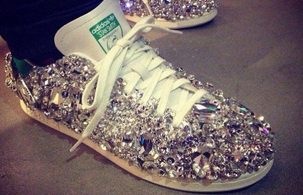 Фаррелл Уильямс появился на публике в кроссовках Adidas с кристаллами Swarovski. Изображение № 1.