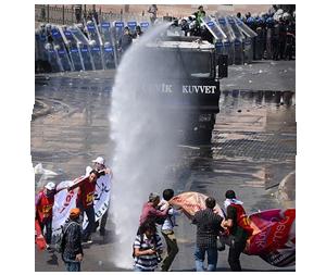 Казаки-разбойники: Что используют для борьбы разные стороны столкновений в Турции. Изображение № 1.