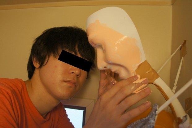 Одинокий парень превратил свой душ в девушку. Изображение № 7.